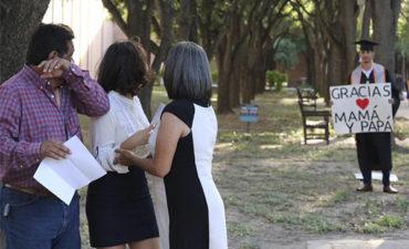La conmovedora sorpresa que preparó este estudiante latino a sus padres
